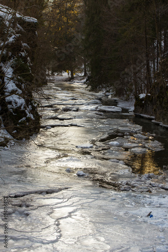 Fotobehang Bergrivier Frozen river