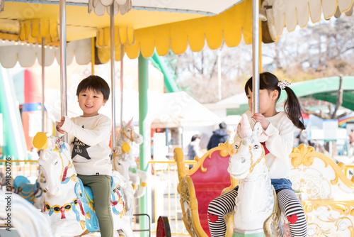 Keuken foto achterwand Amusementspark メリーゴーランドに乗る子供