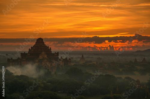 Staande foto Oranje eclat Bagan, Myanmar - November 28, 2015 : .View of the sunrise over the temples of the plain of Bagan
