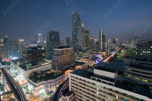 Foto op Plexiglas Bangkok Modern building in Bangkok business district at Bangkok city with skyline at twilight, Thailand.