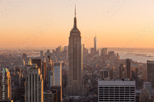 Foto op Aluminium New York Golden sunset panoramic view of building and skyscrapers in Midtown and downtown skyline of lower Manhattan, New York City, USA.