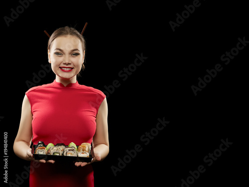 Tuinposter Sushi bar woman shows sushi