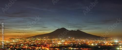 Aluminium Napels Vista notturna della città di Napoli con il Vesuvio