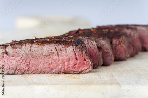 Aluminium Steakhouse Reihe von Steakscheiben auf Holz