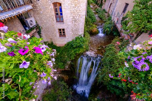 Fototapeta Vue sur la rivière et cascade de village de Moustier-Sainte-Marie. Provence, France.