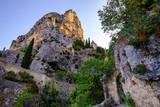 Vue sur le rocher, chapelle et l'étoile de village Moustiers-Sainte-Marie. Provence, France. - 194890424