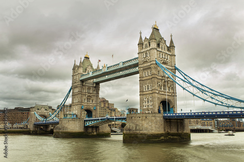 mata magnetyczna Tower Bridge in London city
