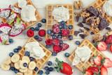 verschiedene Früchte auf goldgelben Waffeln - 194971467