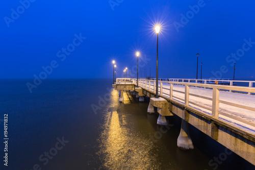 Aluminium Donkerblauw Snowy night at the Baltic Sea pier in Gdansk, Poland