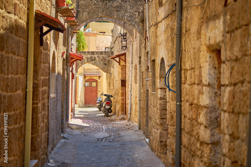 Aluminium Smalle straatjes Narrow street in old Rhodes city