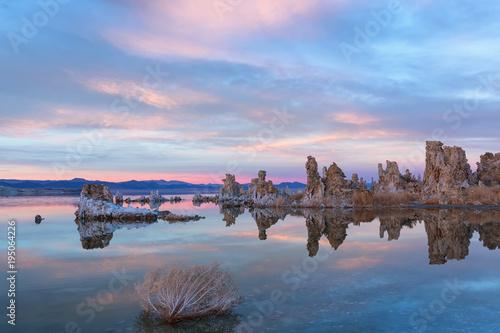 Aluminium Lichtroze Sunset at Mono lake, California. Bizarre calcareous tufa formation on the smooth water of the lake.
