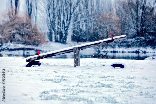 altalena coperto di neve