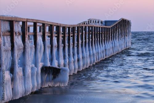malerischer Steg mit Eisschicht im Winter, Konzept Seebestattung, Trauer
