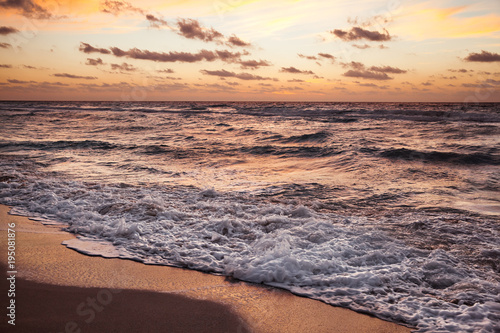 Wcześnie rano na plaży o wschodzie słońca