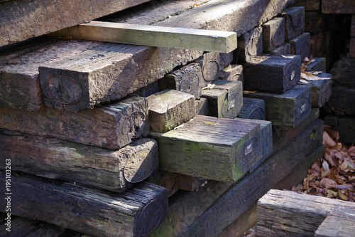Fotobehang Spoorlijn 使用済みの枕木の置き場