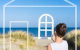 Traumhaus am Strand - Junge blickt durch ein Fenster auf das Meer - 195105236