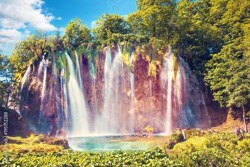 Niesamowicie piękny, magiczny krajobraz z wodospadem w Plitwicach w Chorwacji (harmonia medytacji, antystres - koncepcja)