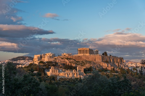In de dag Athene The Acropolis late in the afternoon with passing clouds