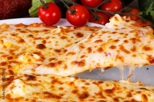 Papiers peints Pizzeria Four cheese pizza