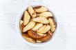 Paranüsse Nüsse von oben Holzbrett