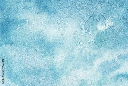 Niebieski malowane chmury akwarela i niebo.