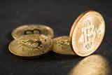 Bitcoin Münzen auf Schieferuntergrund