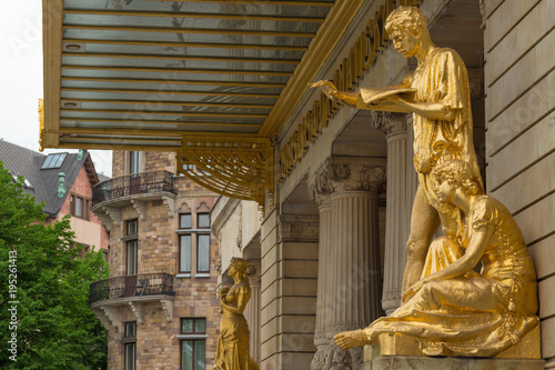In de dag Stockholm STOCKHOLM, SWEDEN - MAY 28, 2016: Gold statues at the Royal Dramatic Theatre