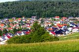 Malerische grüne Sommerlandschaft mit Häusern nahe Kassel - 195300423