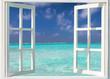 Urlaubskonzept: Offenes Fenster zu tropischen, türkisen Gewässern