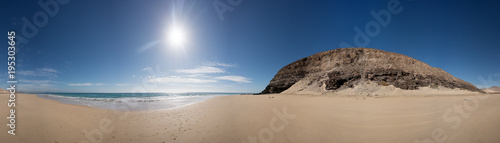 Foto op Canvas Panoramafoto s Panorama of the sandy sea beach with the sun