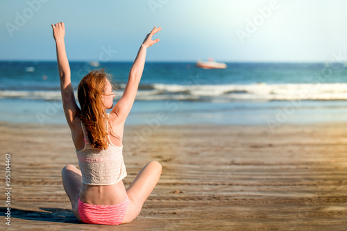 Glückliche Frau sitz auf dem Sand in Spanien