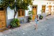 Eine junge Frau spaziert in einem Dorf Santa Lucia, Gran Canaria