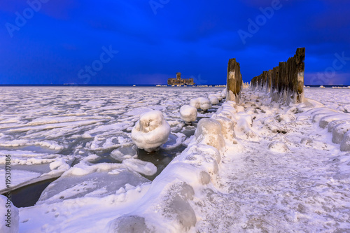 Aluminium Purper Frozen coastline of Baltic Sea in Gdynia at night, Poland