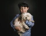 niño abrazando a su perro - 195321624