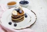 Leckere Pfannkuchen mit Blaubeeren und Honig  - 195327296