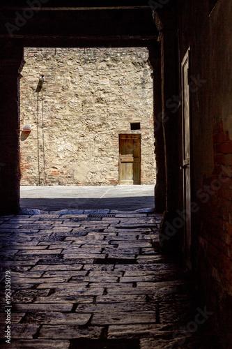 Foto op Aluminium Toscane vicolo in ombra ad asciano in toscana