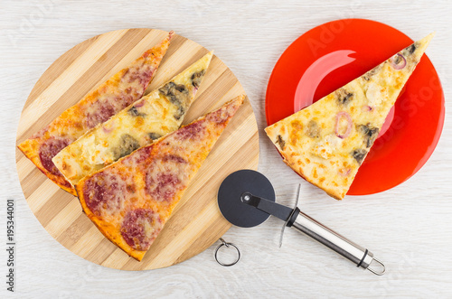 Papiers peints Pizzeria Pizza with chicken, mushroom, pepperoni on cutting board, in plate