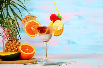 летний экзотический коктейль, пляж, отдых