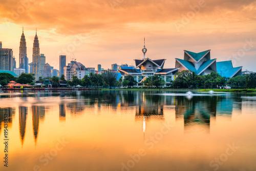 In de dag Kuala Lumpur Kuala Lumpur, Malaysia. Sunset skyline from Titiwangsa Park.