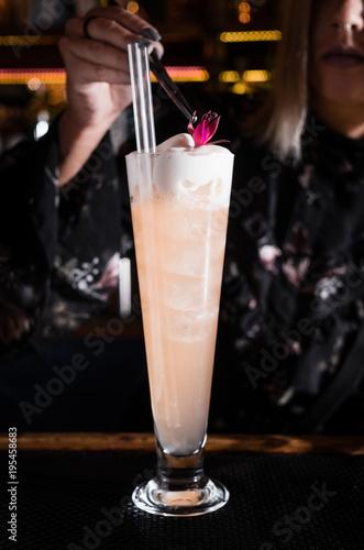 Keuken foto achterwand Milkshake Cocktail bar bartender