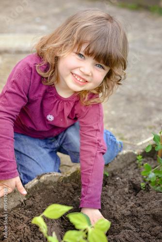 Enfant semant les graines.