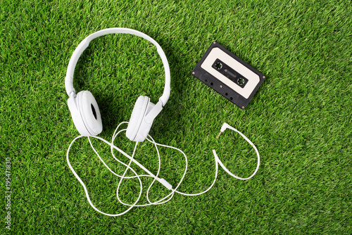 Poster Gras White headphones on a green grass
