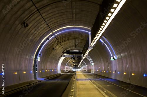 Pusty, nowoczesny tunel dla pieszych, rowerzystów i transportu publicznego. Lyon, Francja.