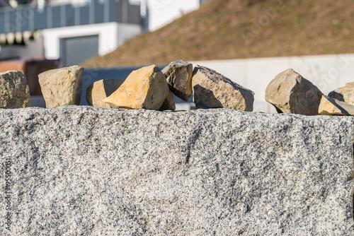 Tuinposter Baksteen muur Granit Mauer und viele kleine Granit Pflastersteine