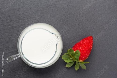 Foto op Plexiglas Milkshake strawberries with milk