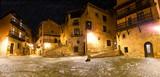 Pueblo medieval español.Viajes y aventuras por España.Plaza del pueblo en escena nocturna.Albarracin.Aragón - 195521243