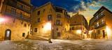 Pueblo medieval español.Viajes y aventuras por España.Plaza del pueblo en escena nocturna.Albarracin.Aragón