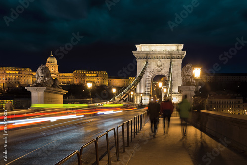 Aluminium Boedapest Chain bridge at night with traffic lights and walking blurred people