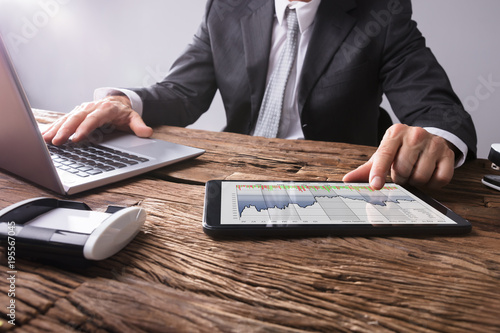 Stock Market Broker Analizowanie wykresu na cyfrowym tablecie