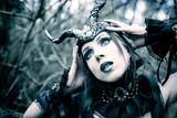 Piękna czarownica, fioletowa kraina fantasy - 195589232